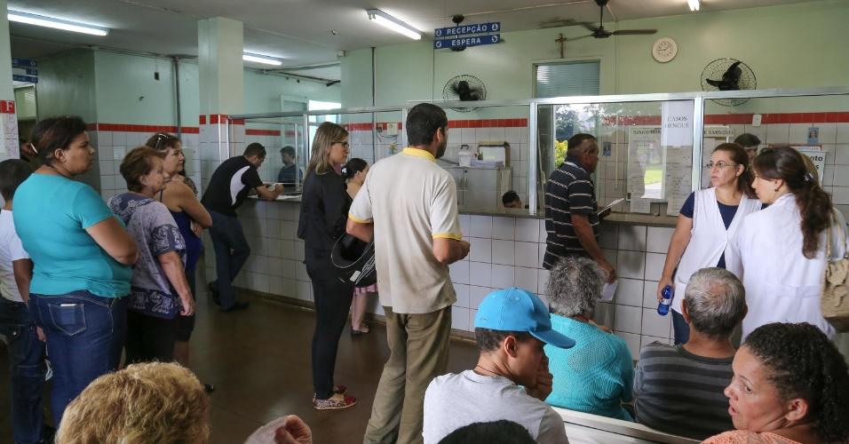 11.fev.2016 - A cidade de Ribeirão Preto, interior paulista, inaugurou um polo médico voltado ao tratamento da dengue. O município teve 927 casos confirmados da doença apenas na primeira quinzena de janeiro. No mesmo mês do ano passado, eram 53 doentes. O polo de dengue funciona na Unidade Básica de Saúde Castelo Branco e tem dois médicos, dois enfermeiros e ao menos cinco técnicos de enfermagem atendendo 24 horas por dia. Foram instaladas 100 cadeiras de hidratação. O objetivo é aliviar o fluxo de paciente nas outras unidades de saúde