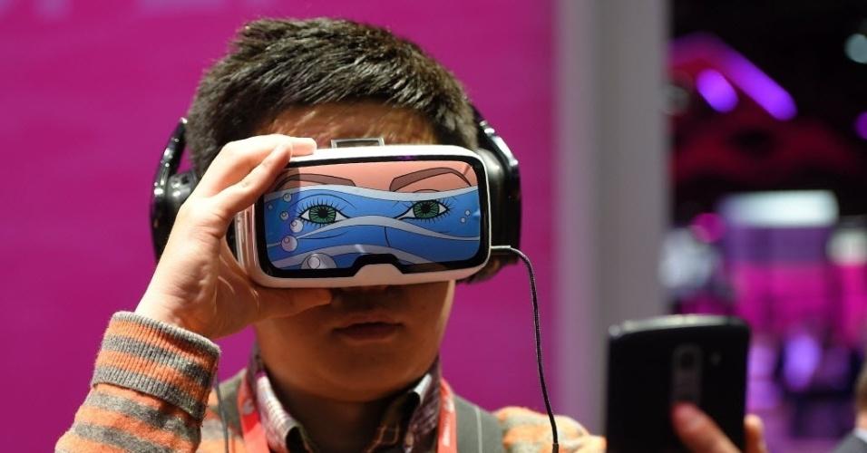22.fev.2016 - Menino testa o dispositivo virtual de 'Oculus VR', no stand da Deutsche Telekom, durante a Mobile World Congress --uma das maiores feiras de tecnologia móvel do mundo--, realizada em Barcelona, na Espanha