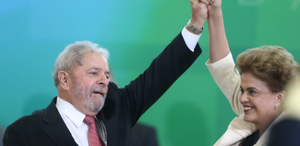 17.mar.2016 - Ex-presidente Luiz Inácio Lula da Silva, ao lado da presidente, Dilma Rousseff, toma posse como ministro-chefe da Casa Civil, em Brasília