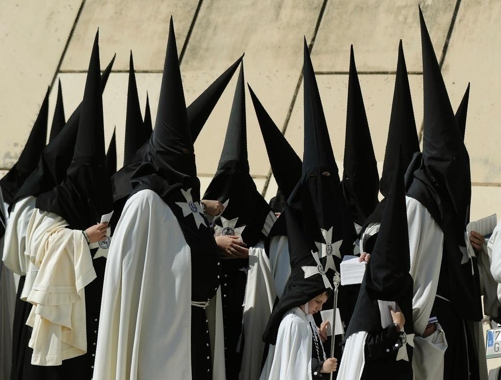 25.mar.2016 - Pais e filhos se encontram na igreja para participar da procissão de Páscoa em Sevilha, na Espanha. Fiéis de todo o mundo celebram a Semana Santa da Páscoa, momento da crucificação e ressurreição de Cristo
