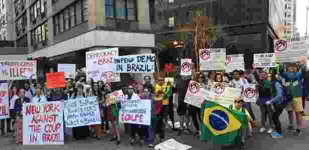 22.abr.2016 - Grupos contra e a favor do impeachment de Dilma Rousseff protestam em frente à sede das Nações Unidas, em Nova York (EUA), antes do discurso da presidente - Nilton Carauta/UOL - Nilton Carauta/UOL
