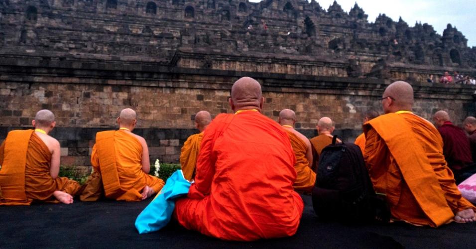 20.mai.2016 - Monges budistas de diferentes países asiáticos se reúnem para orar no templo de Borobudur, em Magelang (Indonésia). A reunião acontece durante peregrinação às vésperas do dia de Vesak, celebrado no dia 22 para relembrar o nascimento de Buda