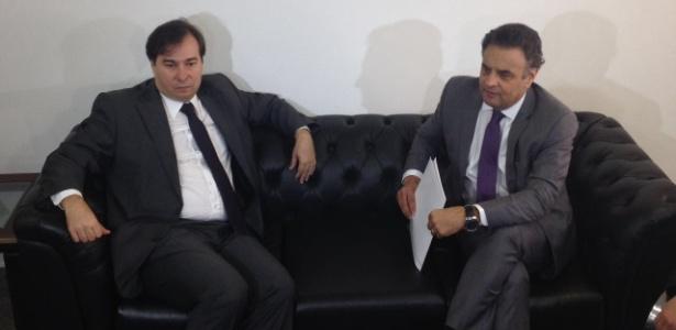 O deputado Rodrigo Maia (DEM-RJ), recém-eleito presidente da Câmara, se encontra com o senador e presidente nacional do PSDB, Aécio Neves, no gabinete do senador em Brasília