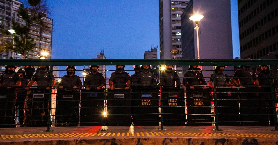 7.set.2016 - Policiais militares observam a movimentação de manifestantes na praça Franklin Roosevelt. O ato que pede a saída do presidente Michel Temer teve início na Praça da Sé e desceu a avenida da Consolação após passar pela Avenida Paulista