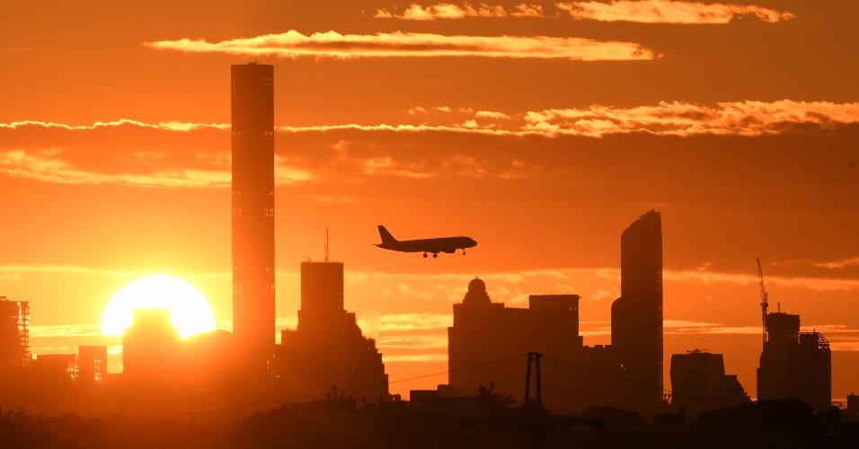 8.set.2016 - Avião voa sobre Manhattan durante o pôr do sol em Nova York (EUA)