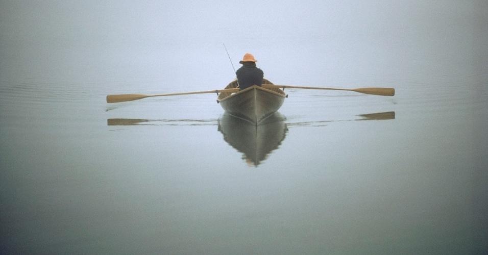 16.set.2016 - Um pescador atravessa lago em um bote no Parque Adirondack, nos EUA. Construídos no século 19, os botes foram desenhados especificamente para caça e pesca em Nova York