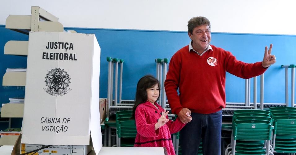 30.out.2016 - O prefeito de Santo André e candidato à reeleição, Carlos Grana (PT), votou acompanhado de sua família e da vice- prefeita Oswana Fameli na Escola Estadual Professor Rener Caram, na Vila Palmares.