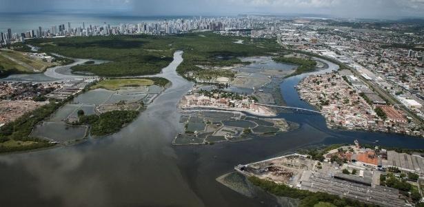 No centro da imagem, a Ilha de Deus, no Recife, em registro de 2012, durante processo de urbanização da área antes tomada por palafitas