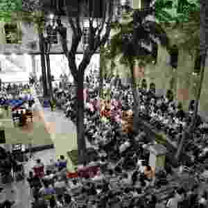22.dez.2016 - Sírios assistem um concerto no pátio da escola de al-Sheebani, na Cidade Velha de Aleppo, Síria. A fotografia foi feita em junho de 2009. Aleppo é uma cidade que já passou por diversas destruições. A cidade foi danificada pela invasão mongol em 1260, chegou a ser usada como quartel para tropas otomanas e sofreu grandes danos com um terremoto em 1822 - Omar Sanadiki/ Reuters