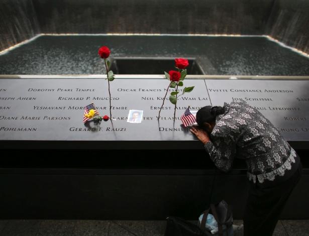 Mulher chora por marido no Memorial do 11 de Setembro, em Nova York