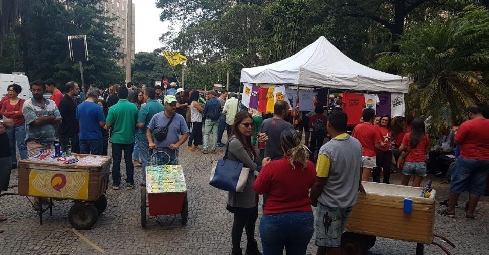 16.jun.2017 - Manifestantes começam a se reunir na Praça Afonso Arinos, região central de Belo Horizonte, para ato contra o presidente Temer e pelas Diretas Já