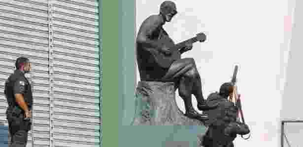 PMs usam estátua de Cartola para se proteger durante troca de tiros no Rio - Domingos Peixoto/Agência O Globo - Domingos Peixoto/Agência O Globo