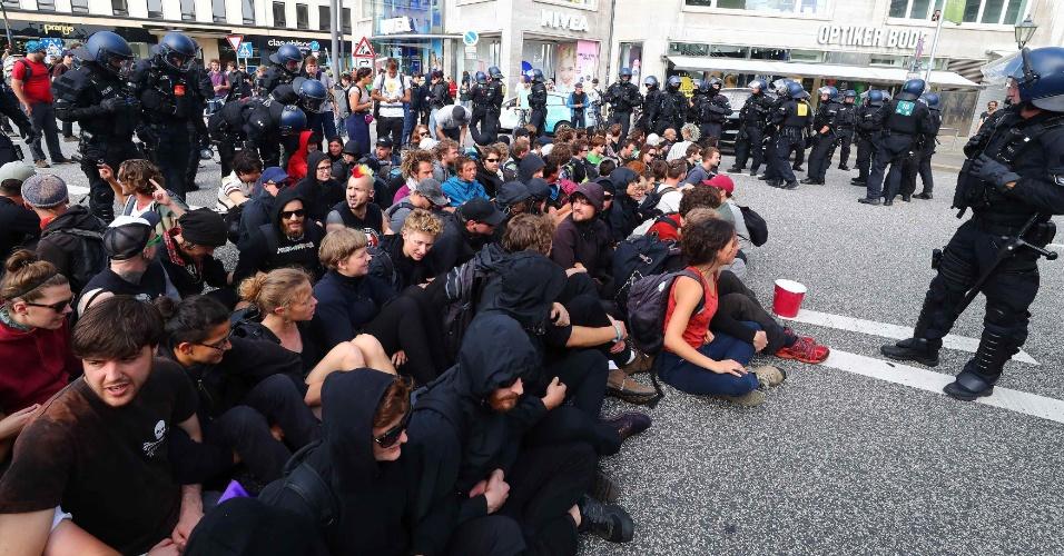 7.jul.2017 - Manifestantes bloqueiam rua em Hamburgo contra a reunião do G20