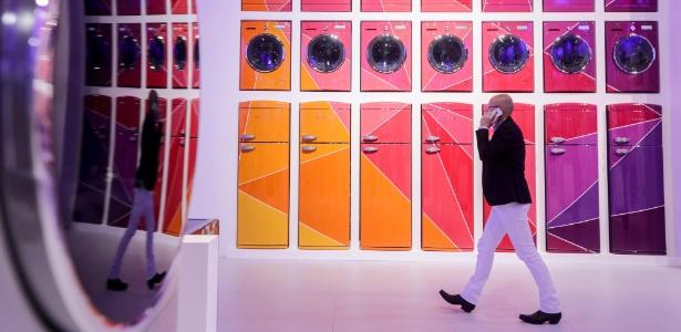 Visitante passa por um dos stands da IFA 2017, uma das maiores feiras de tecnologia do mundo