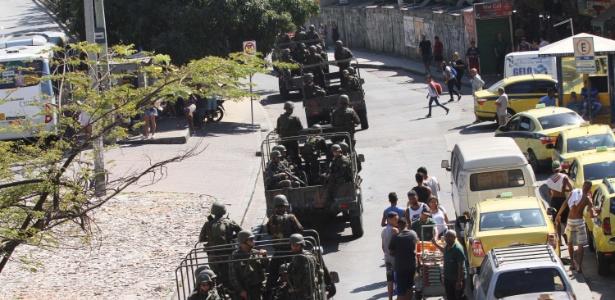 Tropas do Exército fazem patrulha neste sábado (23) pelas ruas da Rocinha, na zona sul do Rio de Janeiro