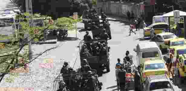 Tropas do Exército fazem patrulha neste sábado (23) pelas ruas da Rocinha, na zona sul do Rio de Janeiro - José Lucena/Agência Estado