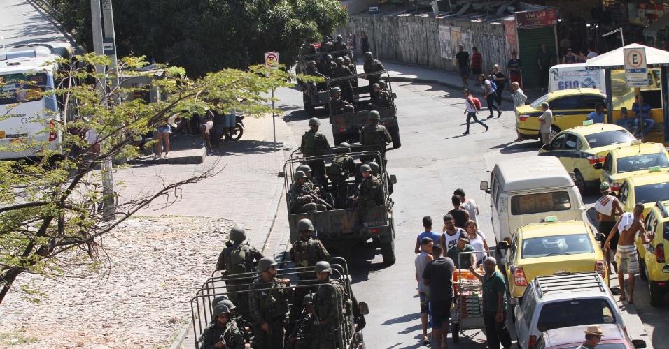 23.set.2017 - Tropas do Exército fazem patrulha pelas ruas da comunidade da Rocinha, Zona Sul do Rio de Janeiro (RJ), na manhã deste sábado (23)