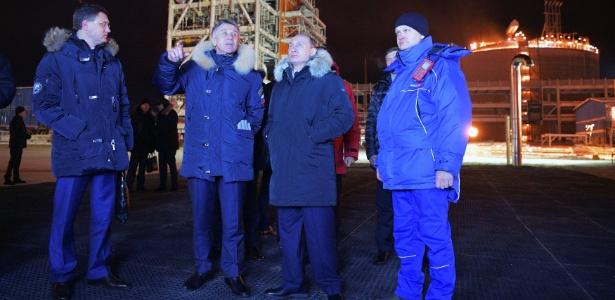 O presidente russo, Vladimir Putin (segundo da dir. para a esq.) inaugura usina de gás natural na península de Iamal, no Ártico