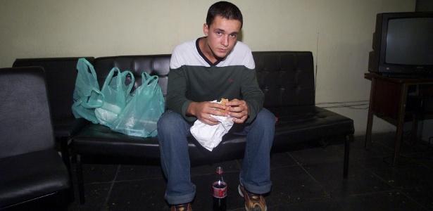 Daniel Cravinhos, então namorado de Suzane von Richthofen, no Departamento de Homicídios da Polícia Civil, antes de ser transferido para prisão, em novembro de 2002