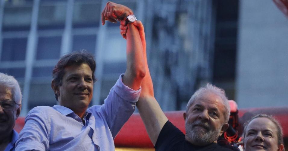 Após  confirmada sua condenação, ex presidente Lula abraça o ex prefeito de São Paulo, Fernando Haddad, em ato promovido pela CUT na Praça da República em São Paulo