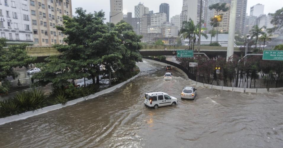 20.mar.2018 - Motoristas tentam passar por rua alagada na região do terminal Bandeira, no centro de São Paulo