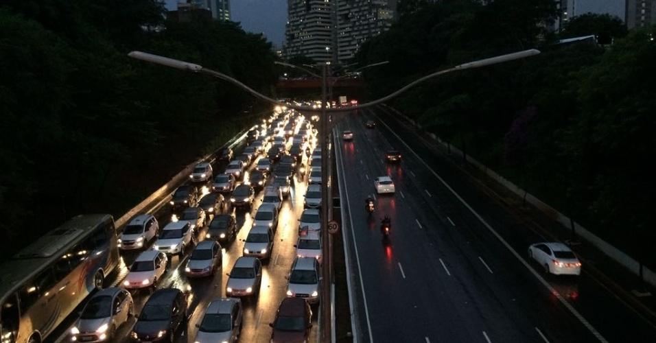 20.mar.2018 - Pontos de alagamento interditam o trânsito na avenida 23 de Maio, na região do Paraíso (SP), e dificultam a vida dos motoristas