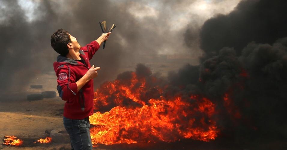 14.mai.2018 - Palestino usa estilingue para enfrentar tropas israelenses durante protesto em Khan Yunis, na Faixa de Gaza
