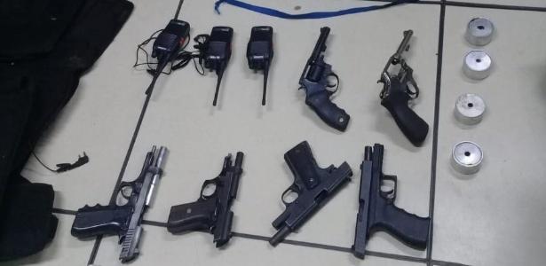 Parte das armas encontradas com o grupo