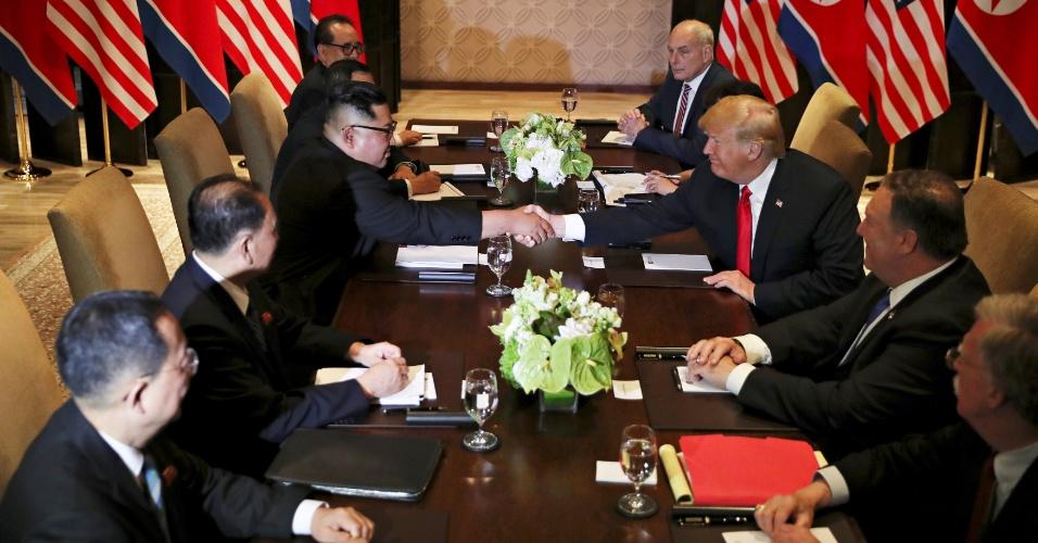 11.jun.2018 - Reunião entre Kim Jong-un e Donald Trump em Singapura, acompanhados de seus assessores