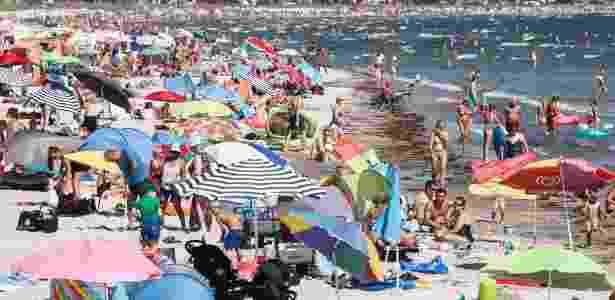 27.jul.2018 - Banhistas aproveitam a praia nesta sexta na cidade de Scharbeutz, norte da Alemanha - Markus Scholz/AFP Photo - Markus Scholz/AFP Photo
