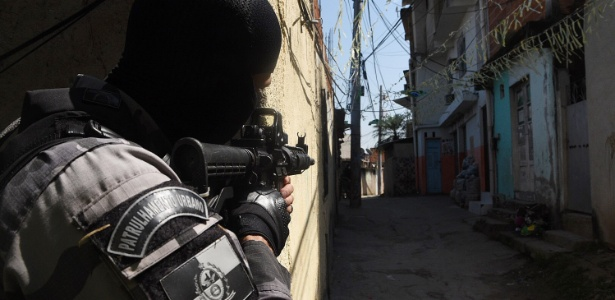 23.ago.2018 - O Batalhão de Choque e o Batalhão de Ação com Cães (BAC) da Polícia Militar do Rio de Janeiro realiza uma operação na comunidade da Mangueira, na Zona Norte do Rio de Janeiro (RJ) - Rommel Pinto/Futura Pressa/Estadão Conteúdo