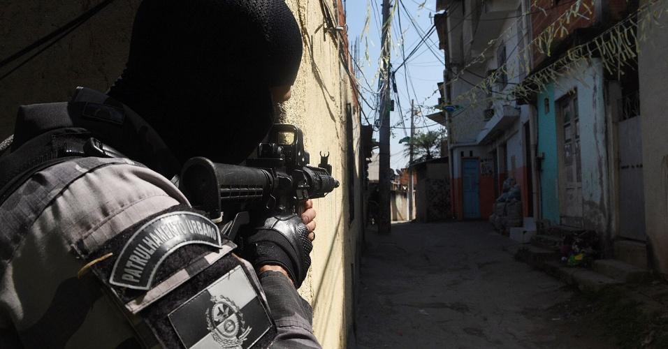 23.ago.2018 - O Batalhão de Choque e o Batalhão de Ação com Cães (BAC) da Polícia Militar do Rio de Janeiro realiza uma operação na comunidade da Mangueira, na Zona Norte do Rio de Janeiro (RJ)