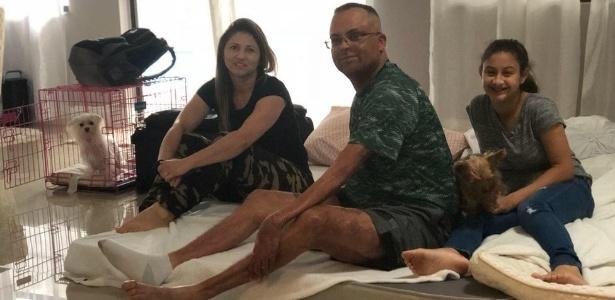 A cearense Maria Oliveira trouxe a família e dois cachorros para a sala dos anfitriões na Flórida