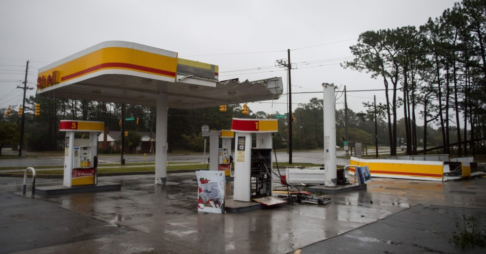 14.set.2018 - O teto de um posto de gasolina é destruído pelos fortes ventos do furacão Florence em Wilmington, na Carolina do Norte