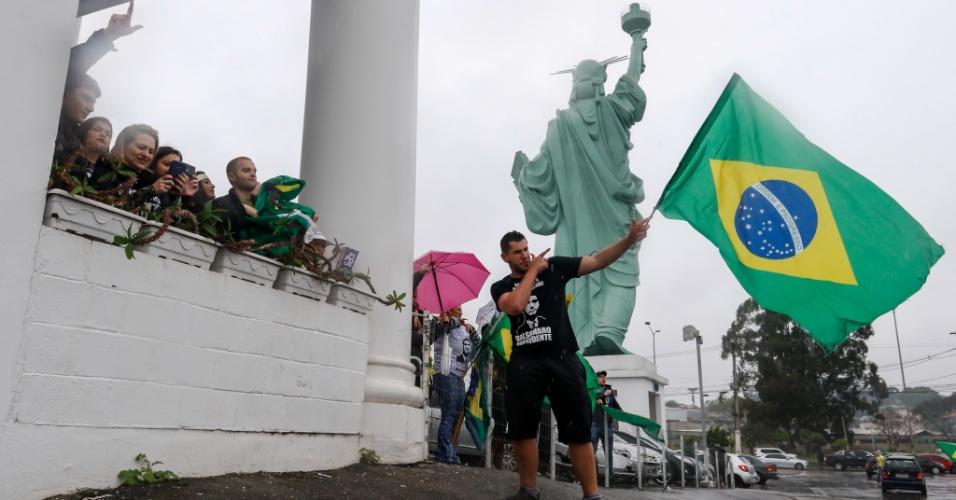 Apoiadores de Jair Bolsonaro realizam carreata em Curitiba (PR). O ato teve início no Parque Barigui e atravessou a cidade, terminando no estacionamento de uma das lojas Havan na cidade.  Luciano Hang, dono da Havan, foi acusado pelo Ministério Público do Trabalho (MPT) de influenciar o voto de seus funcionários