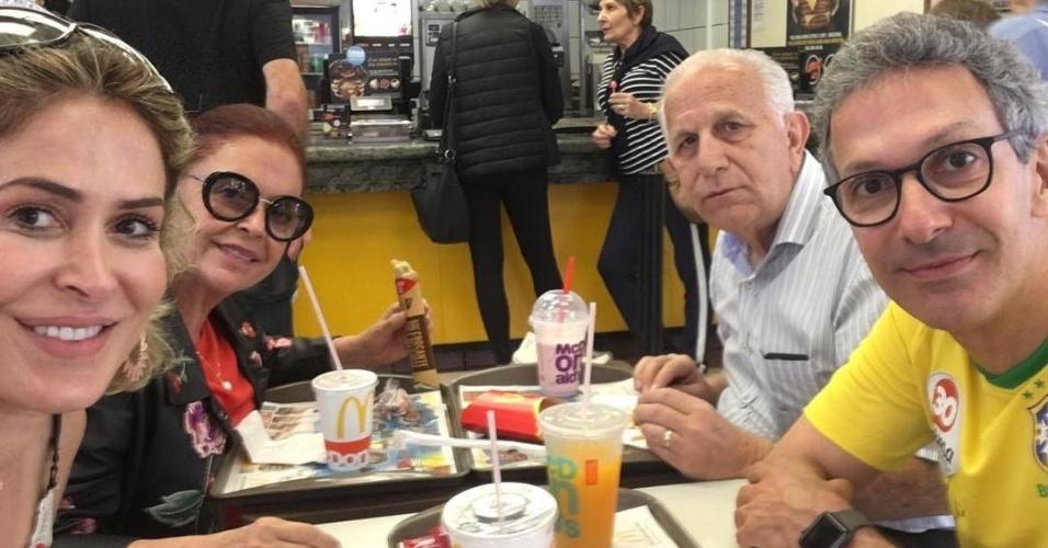 Apontado como líder na pesquisa de Boca de Urna, realizada pelo Ibope, o candidato ao Governo de Mians Romeu Zema (NOVO) passou a tarde deste domingo (7) almoçando tranquilamente com a família no MC Donalds, em Belo Horizonte.