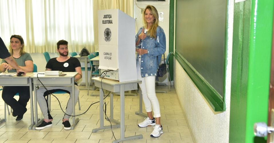 28.out.2018 - A apresentadora Ticiane Pinheiro vota em colégio na zona oeste de São Paulo