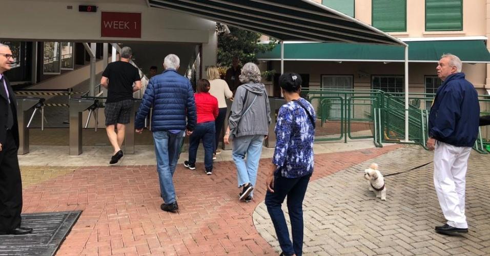 28.out.2018 - Brasileiros chegam à Escola Britânica de São Paulo para votar