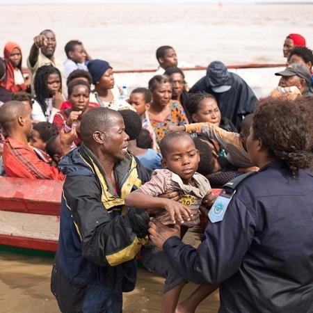 Sobreviventes do ciclone Idai chegam no centro de evacuação em Beira, Moçambique - Denis Onyodi/Red Cross Red Crescent Climate Centre via Reuters