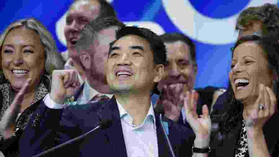 Fundador da Zoom, Eric Yuan (centro) teve visto para os EUA negado oito vezes - Kena Betancur/Getty Images/AFP