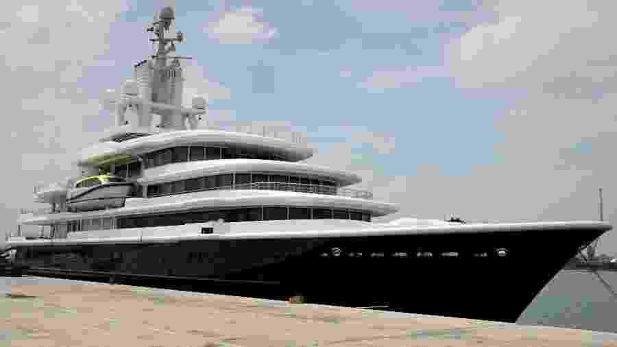 O iate Luna, alvo de disputa em um processo bilionário de divórcio, está ancorado em Dubai - Christopher Pike/Reuters