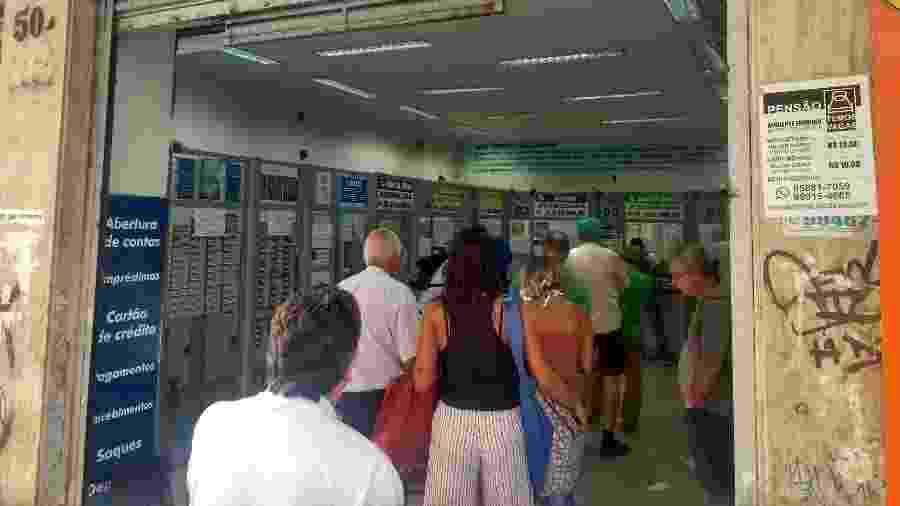 Movimento em uma lotérica da rua do Arouche, no centro de São Paulo; isolamento social perde força na capital  - Alex Tajra/ UOL