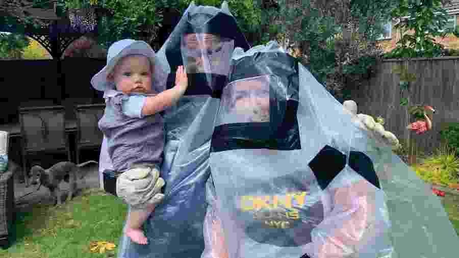 O casal Laura e Pat Fehilly criou uma roupa especial para poder abraçar os netos em tempos de pandemia - Reprodução/SkyNews