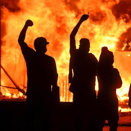 29.mai.2020 - Manifestantes ateiam fogo a uma loja em Minneapolis durante protesto pela morte de George Floyd - Craig Lassig/Efe