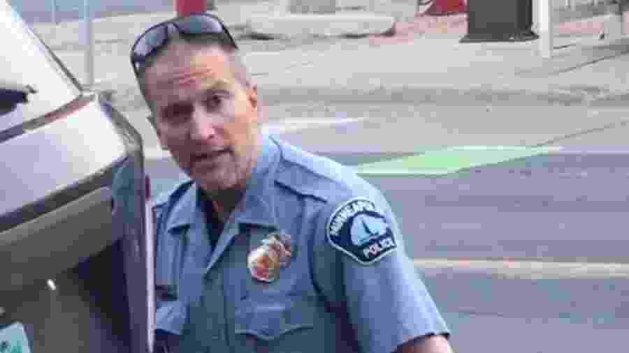 O policial Derek Chauvin no momento da abordagem a George Floyd - Getty Images