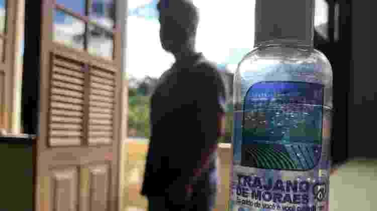 5.ago.2020 - Prefeitura de Trajano de Moraes (RJ) distribuiu 20 mil unidades de álcool em gel para a população no combate à covid-19 - Herculano Barreto Filho/UOL - Herculano Barreto Filho/UOL