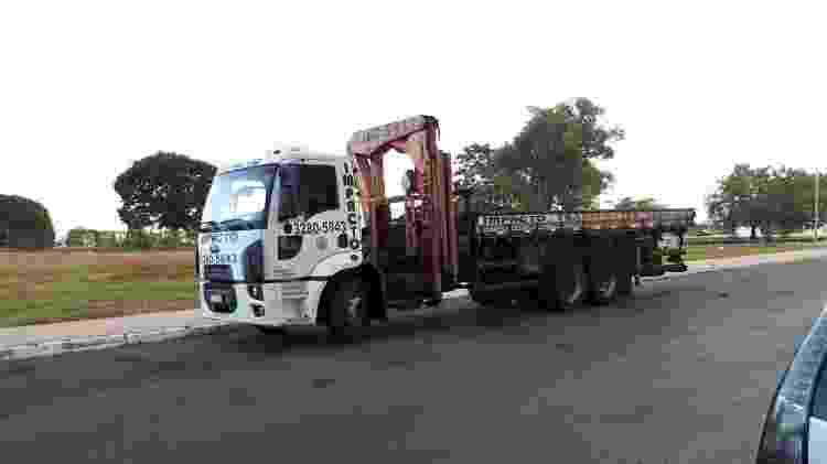 Caminhão da transportadora estacionado para transportar o gerador de 2 toneladas - Reprodução - Reprodução