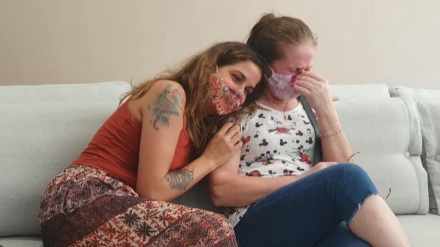 Roberta e a mãe se emocionaram com presente da universade - Reprodução/Facebook