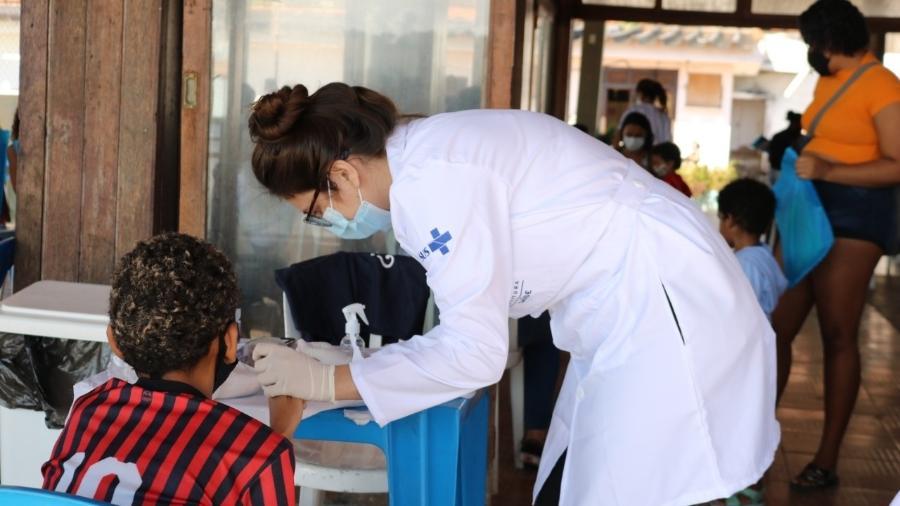 Profissionais fazem teste para a covid-19 na população da Ilha de Paquetá, no Rio de Janeiro, antes da vacinação em massa - Divulgação/Prefeitura do Rio de Janeiro