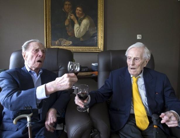 Paulus (à esquerda) e Pieter Langerock, 102, fazem um brinde na Bélgica, onde moram - Yves Herman/Reuters